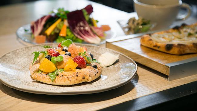 代々木上原『enboca 東京』のサラダフルーツピザ