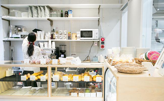 代官山『しロといロいロ』の店内に入ると『パンとエスプレッソと』のパンが並びます