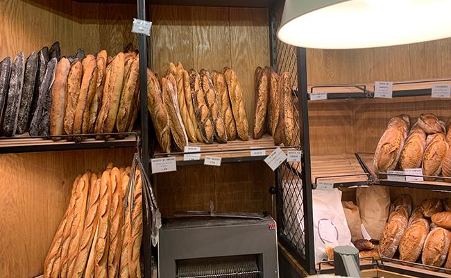 パリのパン屋『Utopie(ユトピ)』の店内に並ぶ焼きたてパン