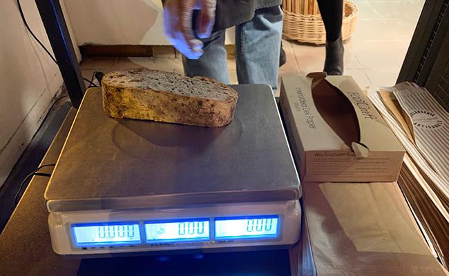 パリのパン屋『Utopie(ユトピ)』の量り売りのクルミパン