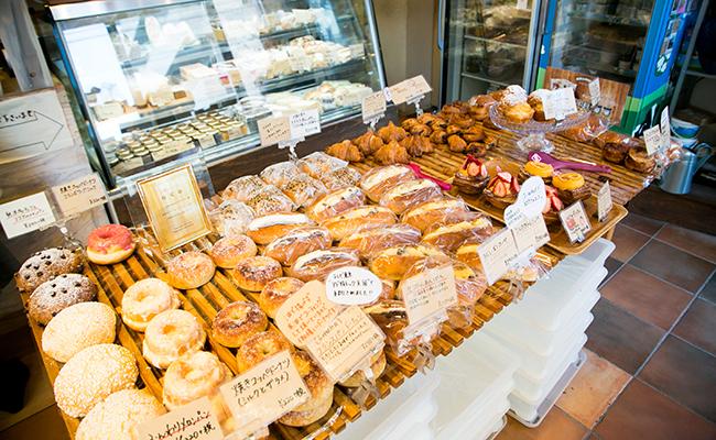 三軒茶屋のパン屋『nukumuku(ヌクムク)』の店内に並ぶパン