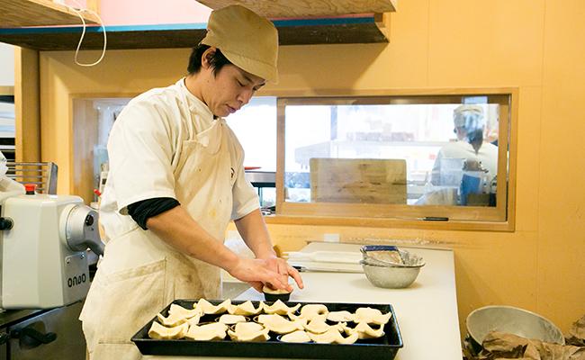 パンを作る与儀さん