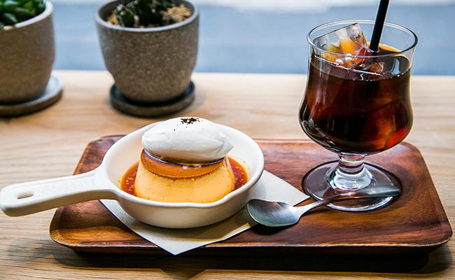 『DIXANS JIMBOCHO(ディソン ジンボウチョウ)』の「焼き上げプリン」とアイスコーヒー