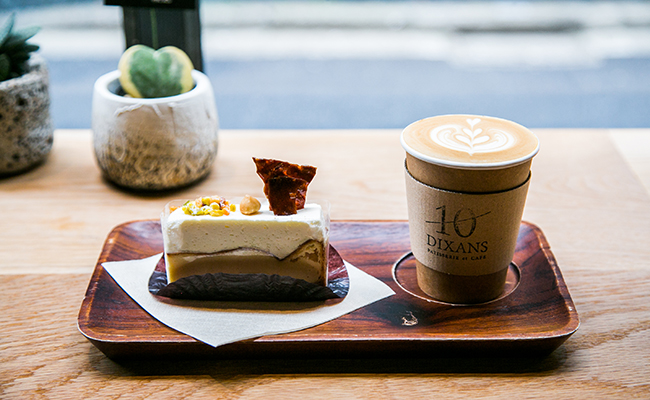 『DIXANS JIMBOCHO(ディソン ジンボウチョウ)』のケーキとラテ