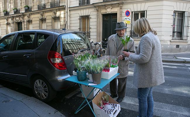 フランスの路上で販売されるスズラン