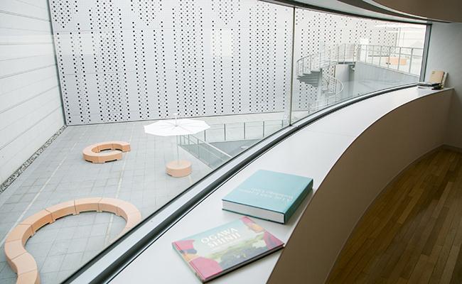 『二階のサンドイッチ』の窓から見える中庭