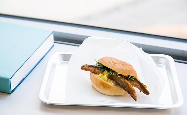 『二階のサンドイッチ』の「沼津港直送 鯖のオリエンタルサンドイッチ」