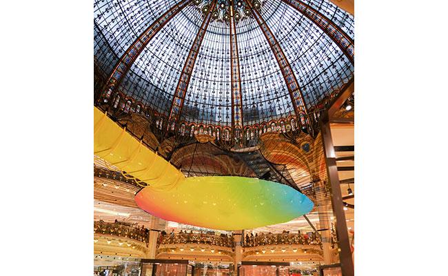 ギャラリー・ラファイエットのドームを空中散歩!?カラフルで楽しいフノラマ