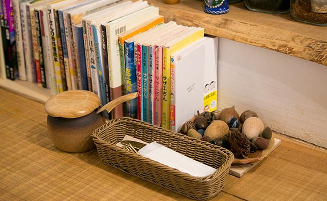 経堂『ホットケーキつるばみ舎』の店内にある書籍