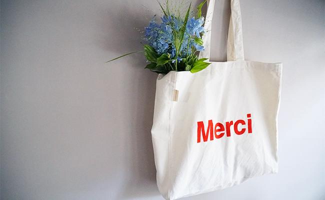 おみやげにぴったり!パリで見つけた生成りのロゴトートバッグ