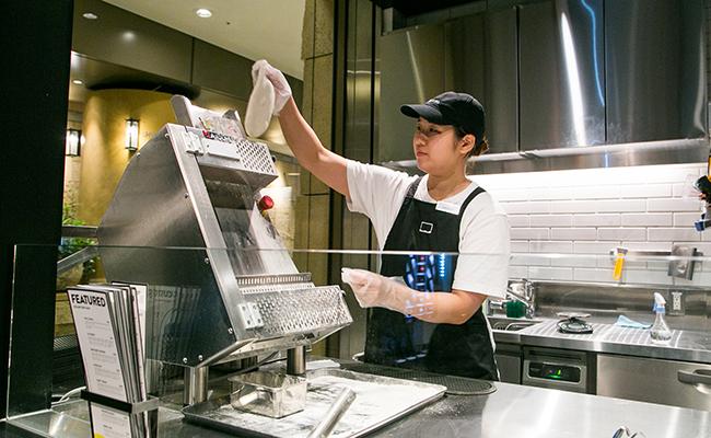 カスタムピザを作る様子