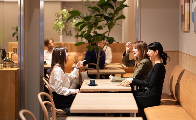 浅草橋のミニマルホテル『OUR OUR』1階のカフェバー/ラウンジ