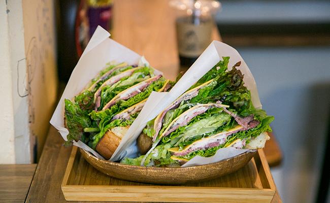 渋谷『松涛カフェ』の「自家製ローストビーフのサンドイッチ」