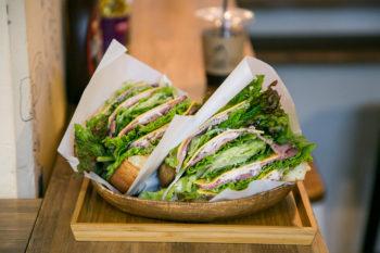 パンもお肉も自家製!渋谷『松涛カフェ』のローストビーフのサンドイッチ