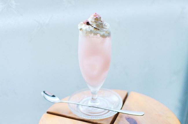 桜香る淡色のクリームソーダ