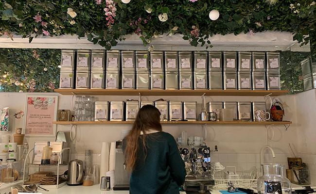 パリのカフェ『Lily of the Valley』の店内