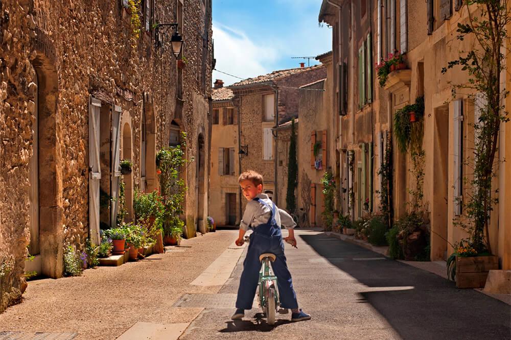 自転車店主の「秘密」が巻き起こす大騒動!映画『今さら言えない小さな秘密』