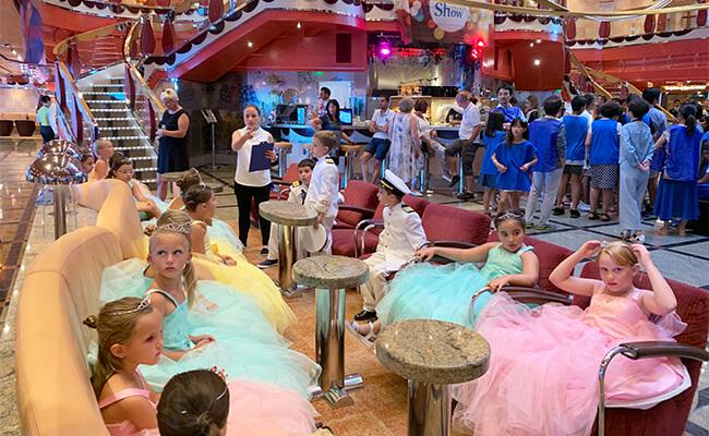 船の中は毎日お祭り状態!?食べて飲んで踊って大忙しのクルーズバカンス