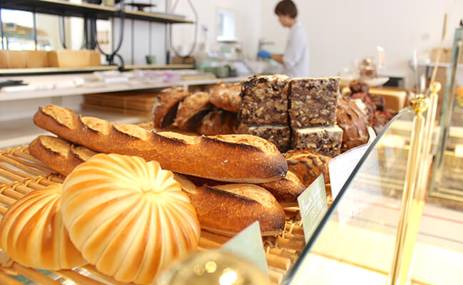 『ブーランジェリー・パティスリー・アダチ』の店内に並ぶパン