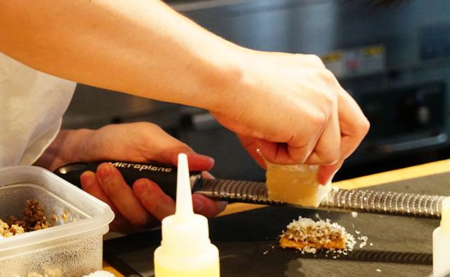 手で食べるフレンチ!コース仕立てのフィンガーフードを楽しむ『& piece』