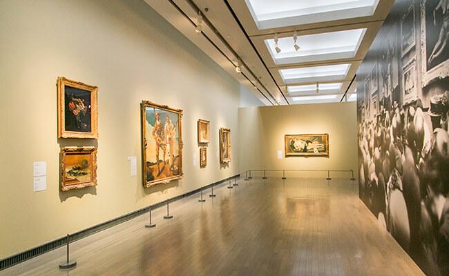 フランスらしい美的感覚を意識した、左右対称の整然とした展示風景