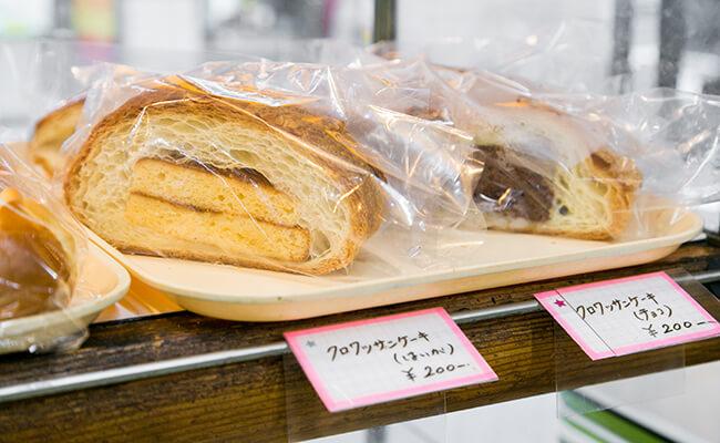 『サンドウィッチパーラー まつむら』のクロワッサンケーキ