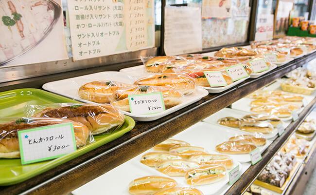 『サンドウィッチパーラー まつむら』の店内に並ぶパン