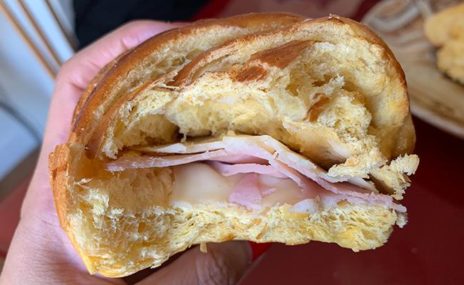 ハムとチーズを挟んだクロワッサンの断面