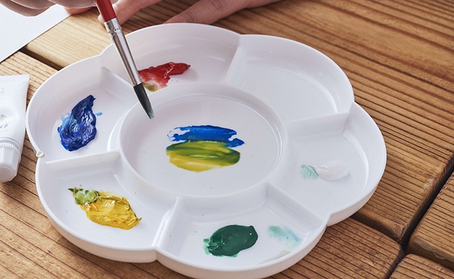 新しい絵の具ブランド『香の具』をパレットで混ぜている様子