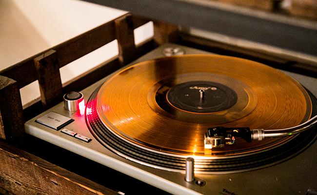 『Bistro Rojiura(ビストロ ロジウラ)』の店内にあるレコード