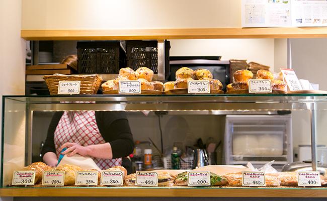 『手づくりのデリとパン cafe cocona』の店内に並ぶパン