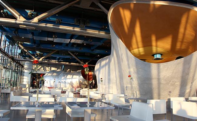ポンピドゥー・センターの展望レストランでパリ名所を眺めながらのランチ