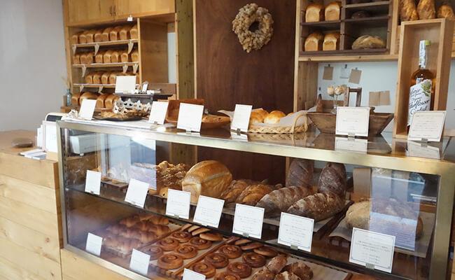 京都・出町柳『ナカガワ小麦店』に並ぶパン