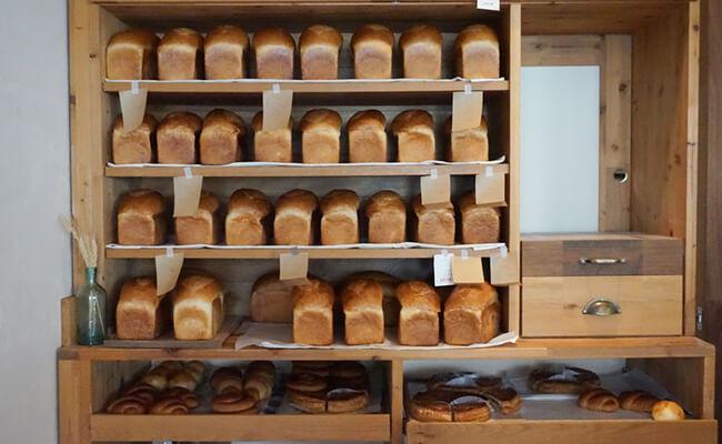 京都・出町柳『ナカガワ小麦店』の店内に並ぶ「トースト・モンターニュ」