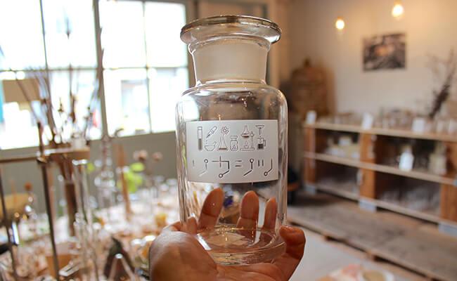 『リカシツ』のロゴが入った瓶