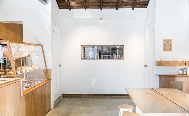 『SIDEWALK STAND YUTENJI』の店内にある小窓