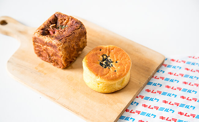 『キムラミルク』の「四角い焼きそばパン」(左)、「みつ姫安納芋あんぱん」(右)