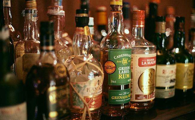 四谷三丁目『bar dress』の店内に並ぶラム酒