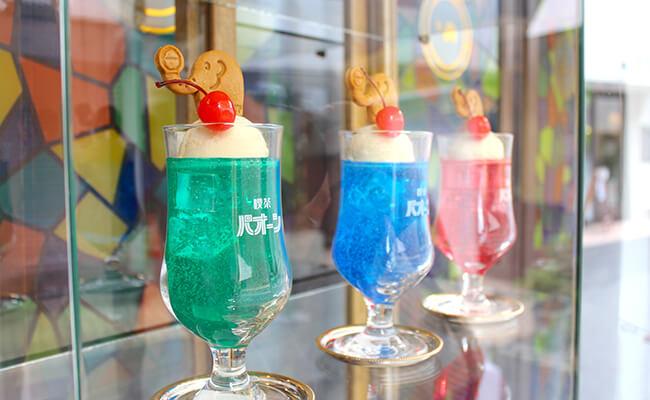 千歳船橋『喫茶パオーン』の店頭に飾られたクリームソーダの食品サンプル