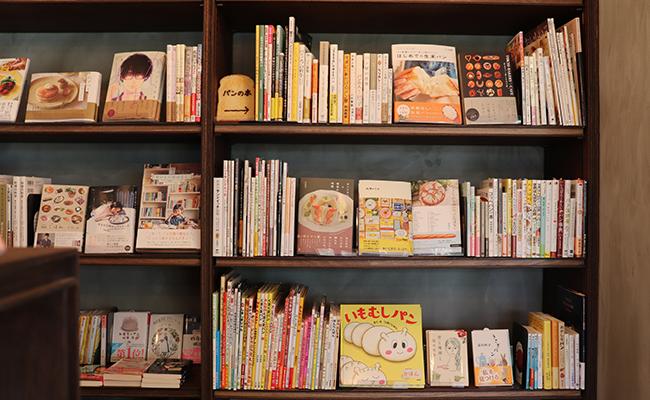 『パン屋の本屋』の店内に並ぶ本