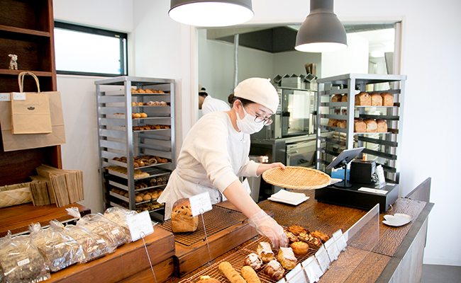 焼き上がったパンを並べる様子