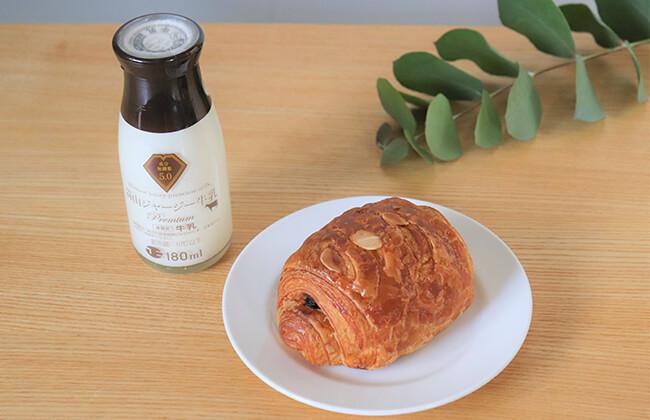 「蒜山ジャージー牛乳プレミアム5.0」とパンオショコラ