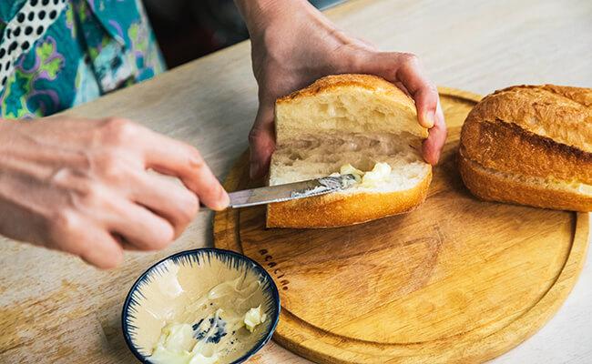 パンにマーガリンを塗る様子