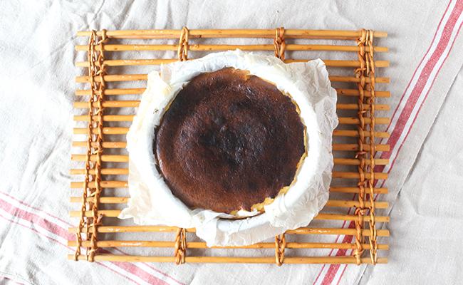 混ぜて焼くだけ。塩を隠し味にした大人のバスクチーズケーキ
