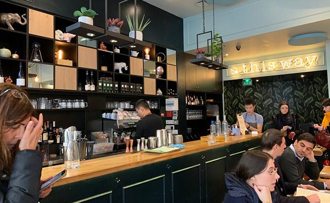 パリのタイ料理店『CHANG(チャン)』のバーカウンター