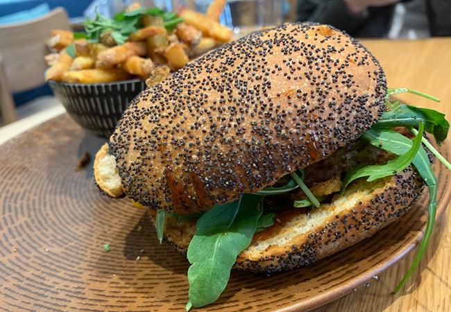 パリのタイ料理店『CHANG(チャン)』で食べるハンバーガー