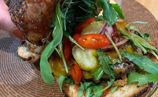 パリのタイ料理店『CHANG(チャン)』の具沢山なハンバーガー