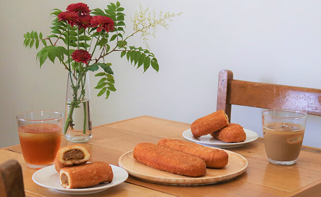 テーブルの上の『もとむのカレーパン』