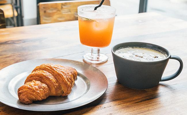 『Universal Bakes and Café(ユニバーサル ベイクス&カフェ)』のクロワッサン、本日のスープ、自家製ソーダ