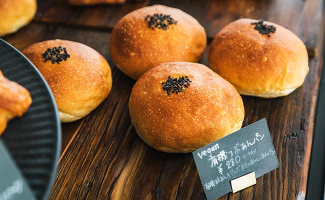 『Universal Bakes and Café(ユニバーサル ベイクス&カフェ)』の有機つぶあんパン